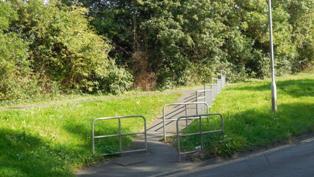 Hartley-Kent: Hoselands Hill, path by railway bridge